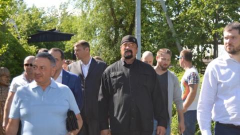 """Стивен Сигал побывал в """"Национальной деревне"""" в Саратове"""