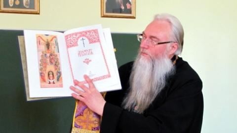 Митрополит Лонгин запретил в служении священника за грязь в храме