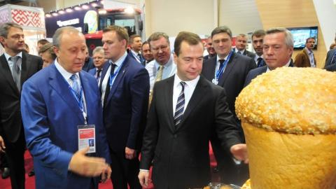 Дмитрию Медведеву в Ростове-на-Дону понравились саратовские калачи