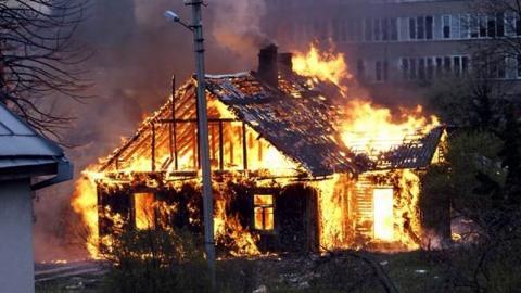 Воскресной ночью в центре Саратова выгорело пять старых домов