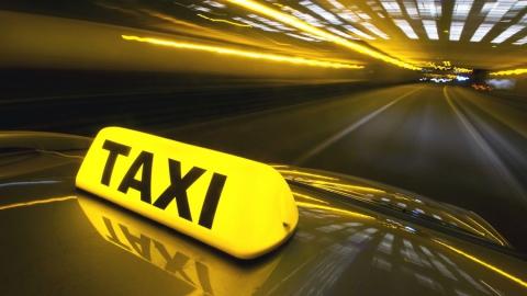 Пассажир пытался перерезать горло таксисту