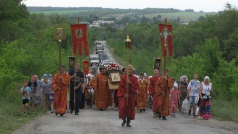 Под Саратовом прошел крестный ход к источнику Пятницы
