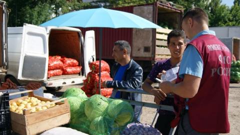 """На саратовском рынке """"Привоз"""" сотрудники миграционной службы нашли 12 нарушителей"""