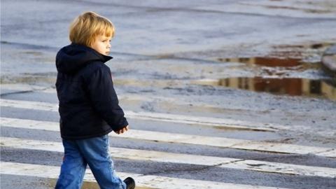 Под иномарки попали десятилетняя девочка и пятилетний мальчик