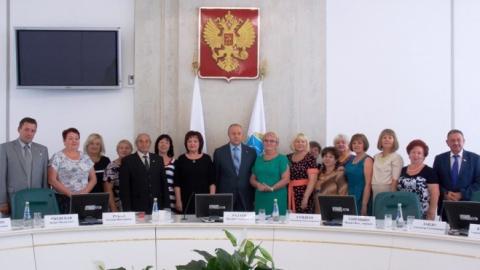 """Валерий Радаев первым из губернаторов получил медаль """"За память и верность"""""""