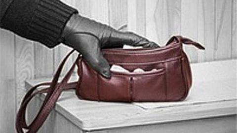 В Саратове пьяный вор растерял содержимое краденой сумочки