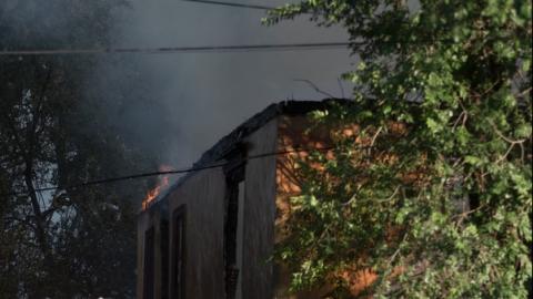 В Саратове горели заброшенные дома и двигатель трамвая