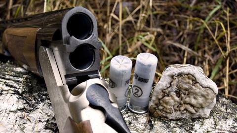 От выстрела из найденного ружья пострадали пожилой бомж и девочка-подросток