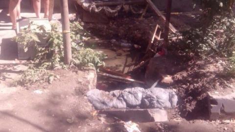 Саратовводоканал о подтоплении дома: Рабочие не смогли начать ремонт из-за припаркованных машин
