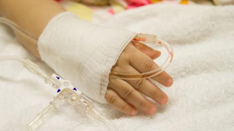 В саратовскую больницу привезли трехлетнего малыша с травмами головы от мотоцикла