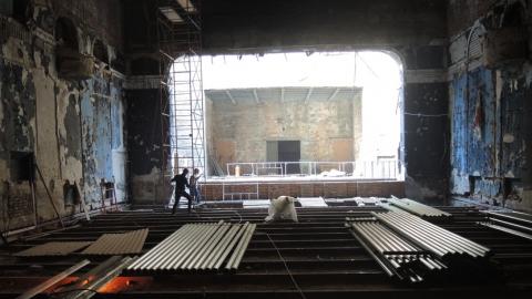 За пять месяцев до сдачи здание старого ТЮЗа готово только на 50%. Фото