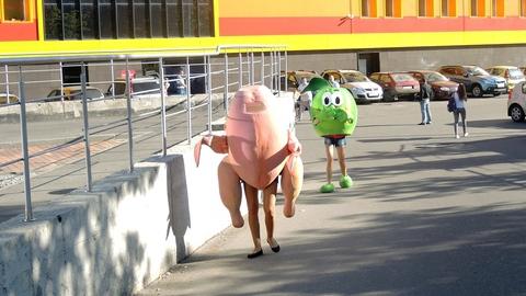 Вместо Ангела и Смерти пешеходов встретили курица и яблоко. Фото