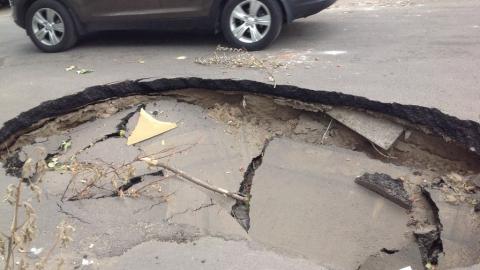 На дороге в центре Саратова появилась яма размером с машину