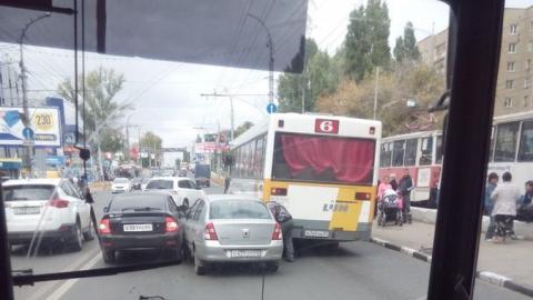 Автомобильная авария заблокировала проспект 50 лет Октября в Саратове
