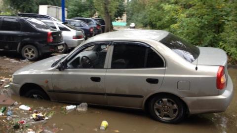 В Саратове после дождя иномарка утонула в яме