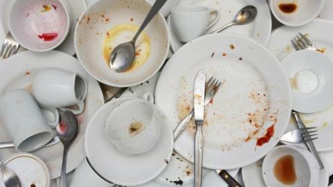 Женщину оштрафуют за немытую посуду