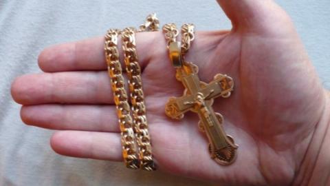 В центре Саратова грабитель сорвал с пенсионерки цепочку с крестом