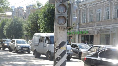 Из-за сломанного светофора на Горького образовалась пробка. Фото