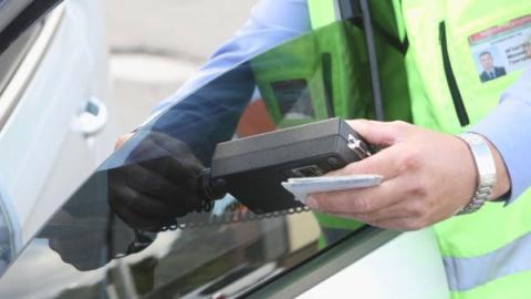 Возле аэропорта за час оштрафовали 8 водителей тонированных машин