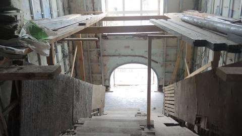 У области пока нет денег на занавески, свет и звук для здания сгоревшего ТЮЗа