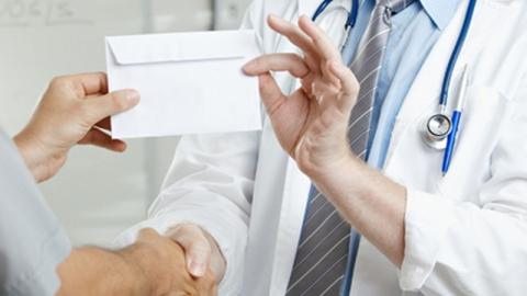 В Вольске врач районной больницы попался на взятке в своем кабинете