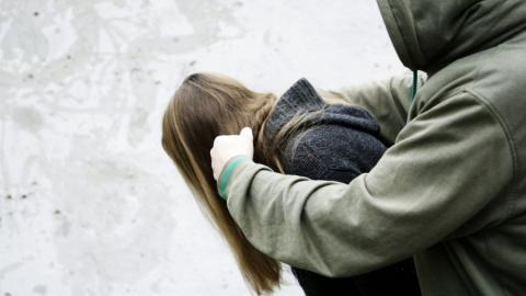 В Саратове мужчина изнасиловал жертву на улице и дома