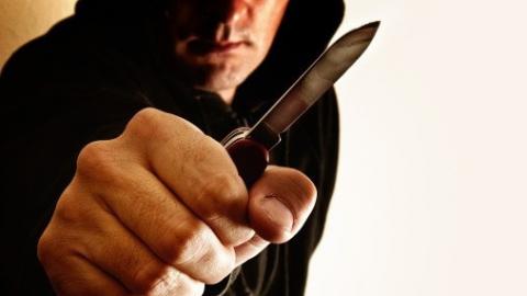 Убийца с ножом ворвался в магазин и потребовал выручку