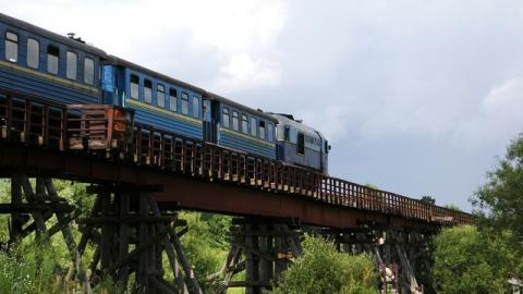 Поезд насмерть сбил человека на железнодорожном мосту