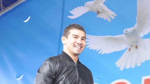 В День народного единства Артема Чеботарева встретили овацией семь тысяч человек
