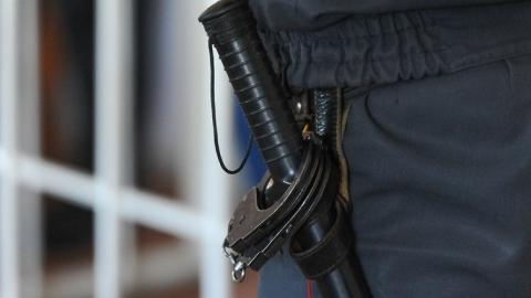 Бывшего полицейского подозревают в избиении задержанной