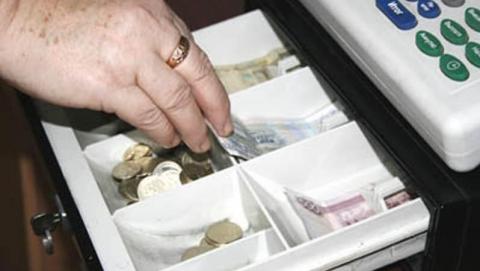 Кассира оштрафовали за присвоение денег клиентов