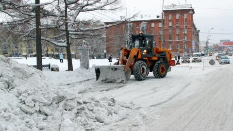 На уборку города от снега направлено более сотни спецмашин