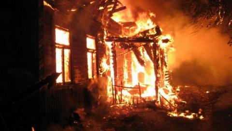 В Саратовской области сгорели четыре дома и автомобиль