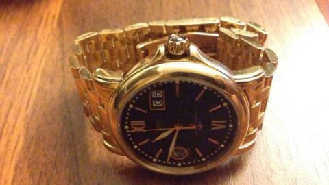 У прохожего отобрали золотые часы и крупную сумму денег