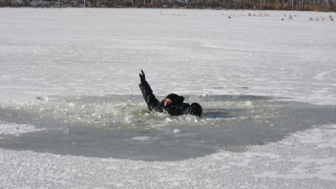 На озере провалился под лед и утонул рыбак