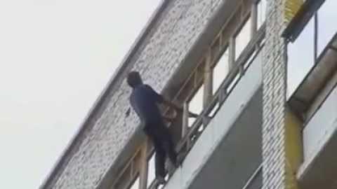 Пьяный саратовец пытался залезть на балкон и разбился