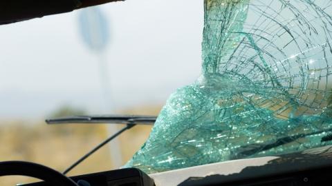 В столкновении машин водитель вылетел из салона и погиб под колесами авто