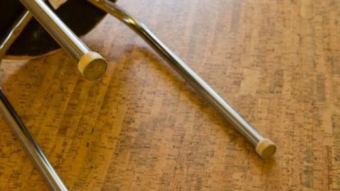 Разбойник напал на жертву с ножкой от табурета и отобрал кроссовки
