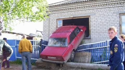 В Балакове неосторожный водитель въехал в стену дома
