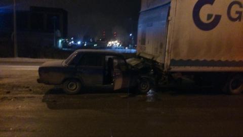 Семерка влетела под грузовик в Энгельсе, водитель погиб