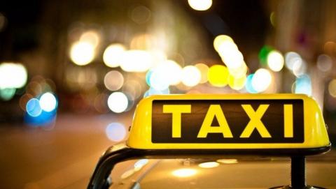 Пассажир похитил у таксиста во время заправки 4500 рублей