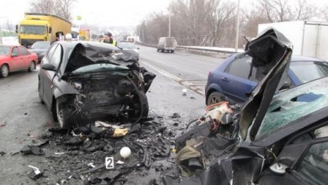 Двое погибли и шестеро пострадали в лобовом столкновении на трассе