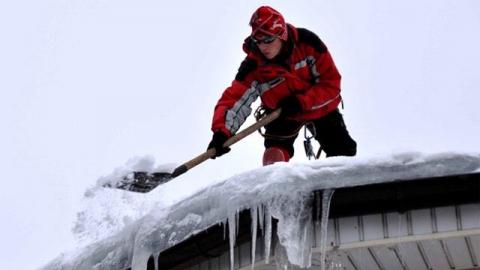 Чистивший крышу ДК Рубин рабочий поскользнулся и упал с шестиметровой высоты