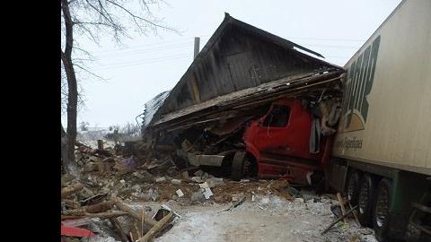 Фура с яйцами из Саратова разрушила деревенский дом
