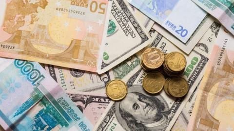 Доллар подешевел на три рубля