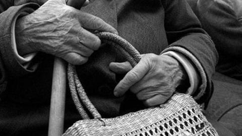 Подросток вырвал у пенсионерки сумку с деньгами
