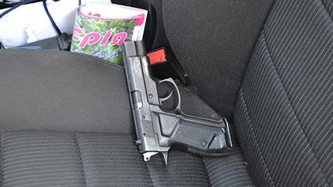 На дороге под Саратовом остановили перевозящую оружие иномарку