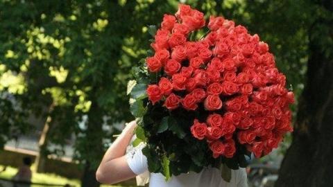 Разбойник похитил из цветочного магазина деньги и 50 роз