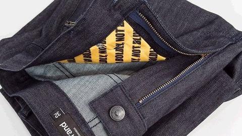 Парень пытался унести джинсы и джемпер из магазина в центре Саратова