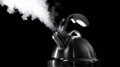 Двое детей опрокинули на себя горячие чайники и попали в больницу